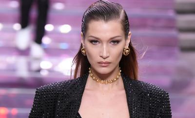 Bella Hadid Tampil Modis dan Seksi dengan Lingerie di Pagelaran Busana Versace