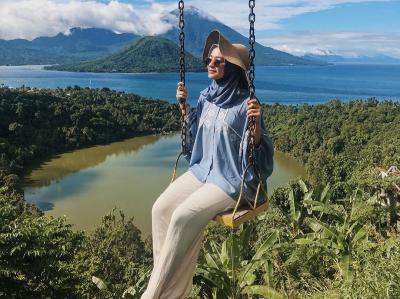 Hijabers Mega Iskanti Explore Keindahan Alam Ternate, Netizen : Bagus Banget Masya Allah!