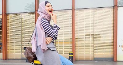 5 Gaya Hijab Indah Dewi Pertiwi, Bikin Hati Sejuk Lihatnya!