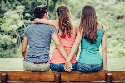 Terjebak Cinta Segitiga? Ini 3 Cara Move On Paling Cepat