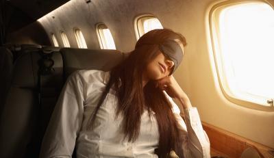 Lupakan Berfoto, Begini 6 Cara Mudah Tertidur di Pesawat