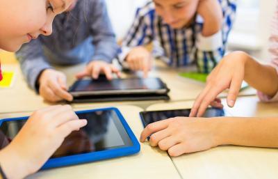 Berisiko Kena Miopi, Ini Cara Batasi Waktu Anak Bertatapan dengan Gadget
