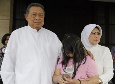 Cantiknya Ani Yudhoyono dalam Balutan Hijab Putih di Unggahan Terbaru Annisa Pohan