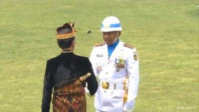 Ketika Jokowi Salami Komandan Upacara HUT Ke-74 RI