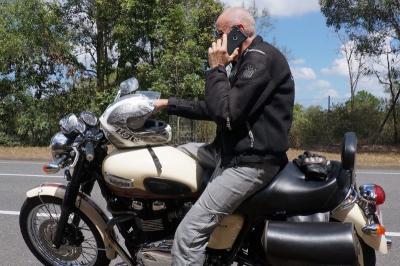 Gara-Gara Handphone, Pengendara Ini Jatuh dari Motor Bikin Ngakak