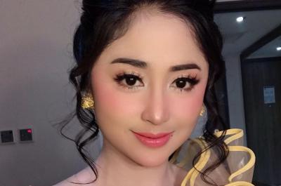 Nyanyi sambil Gendong Seorang Anak, Dewi Perssik Tuai Pujian Netizen