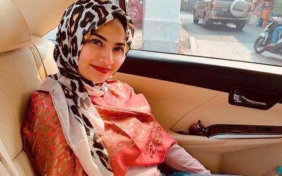 Ikut Kajian Islam, Vanessa Angel Kenakan Gamis dan Hijab Merah