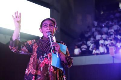 Cantiknya Menteri Susi Pudjiastuti Bergaya ala Gadis Batak di Karnaval Danau Toba