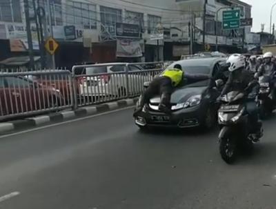Melihat Aksi Nekat Polisi Nemplok pada Kap Mobil di Jakarta dan Bandung