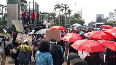 Tolak RKUHP, Massa Demo di Depan Gedung DPR