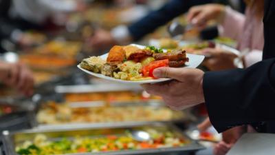 Viral Emak-Emak Rebutan Rendang, Ini 4 Etika Ambil Makanan di Prasmanan