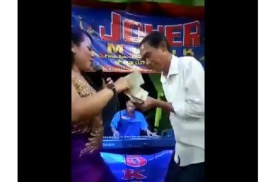 Viral di Medsos, Kembaran Jokowi Nyawer Penyanyi Dangdut di Hajatan Nikah