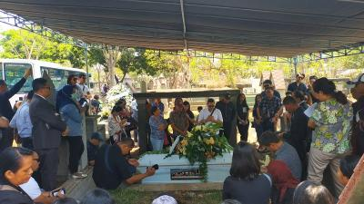Isak Tangis Rio Febrian dan Sabria Kono Lepas sang Ibunda ke Liang Lahat