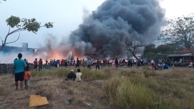 Rumah Pengepul Plastik di Kalideres Terbakar, Asap Hitam Selimuti Langit