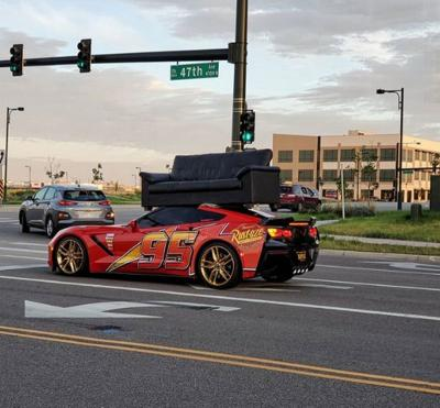 Gaya Sultan, Pemilik Corvette C7 Gunakan Supercarnya untuk Angkut Sofa