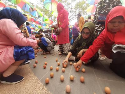 Pontianak Pecahkan Rekor MURI Buat 1.120 Telur Berdiri Tegak