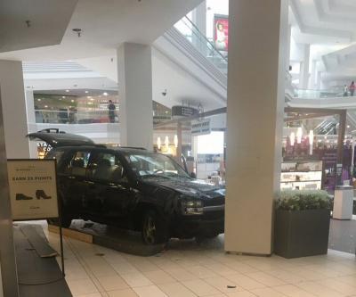 Pengemudi Ini Nekat Masuk ke Dalam Mall Menggunakan Mobilnya