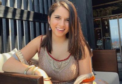 5 Pose Menggoda Andalan Sairaa Punjabi