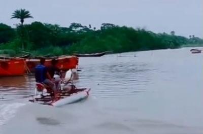 Pria Ini Modifikasi Motornya Agar Bisa Berjalan di Permukaan Air