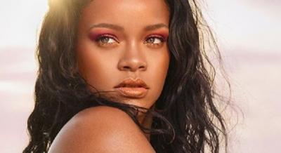 Seksinya Rihanna Pakai Bra Hitam di Alam Bebas, Bikin Mau Ikutan Liburan!
