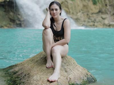 Perjuangan Wulan Guritno Trekking ke Air Terjun Matayangu yang Punya Sejuta Pesona