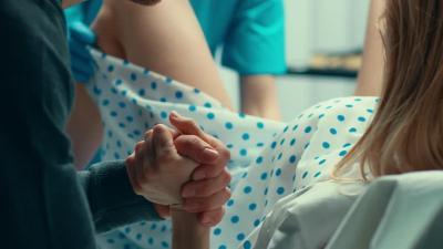 Kocak! Aksi Dokter Kandungan Ajak Joget Pasiennya untuk Perlancar Persalinan