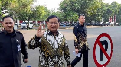 Hadiri Rapat Perdana, Menhan Prabowo Masih Gunakan Mobil Pribadi