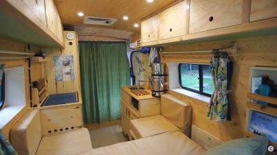 Modifikasi Mobil Kemping dengan Interior Serba Kayu Bikin Betah Dalam Kabin