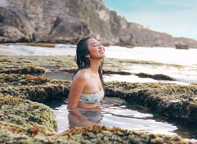 6 Gaya Maria Rahajeng Main di Pantai, Doyan Tunjukkan Kaki Jenjang