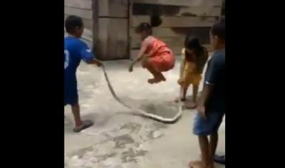 Viral Bocah Main Lompat Tali Pakai Ular, Netizen: Badarawuhi Tertawa Melihat Ini