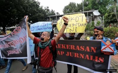 AJI Kritik Tindakan Represif Polisi Borgol Pemimpin Media di Surabaya