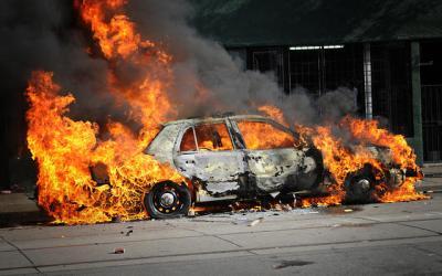 Sebuah Mobil Terbakar di Jatinegara