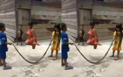 Viral Anak-Anak Main Lompat Tali dari Ular