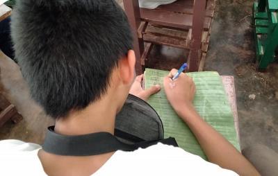 Pelajar SMA Tulis Tugas Sekolah Pakai Daun Pisang, Bikin Netizen Terenyuh