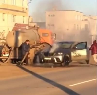 Mobil Tinja Bantu Padamkan BMW X6 yang Tengah Terbakar di Jalan