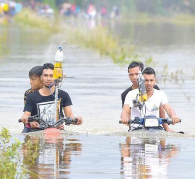Pemuda Ini Ciptakan Motor Amfibi yang Mampu Libas Sungai Dalam