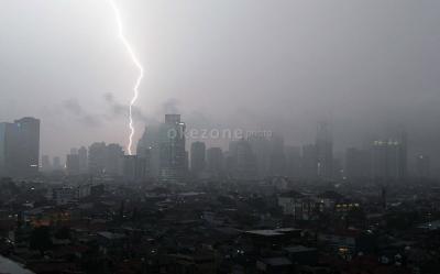 Hujan Disertai Petir Intai Jakarta Selatan pada Siang Hari