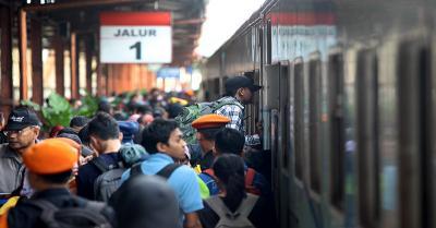 Viral Perjuangan Berat Penumpang Kereta untuk Pulang, Netizen: Jadi Sarden