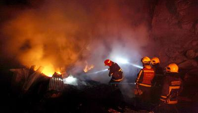 Lebih dari 7 Jam, Petugas Masih Berjibaku Padamkan Api di Mal Lokasari