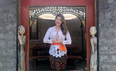 5 Potret Pesona Tamara Bleszynski dalam Balutan Pakaian Tradisional Bali