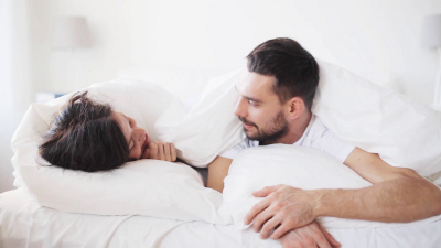 5 Alasan Ilmiah Hubungan Intim Lebih Terasa Menyenangkan saat Hujan