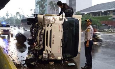 Truk Terguling di Jalan Ahmad Yani, Ban Sampai Terlepas