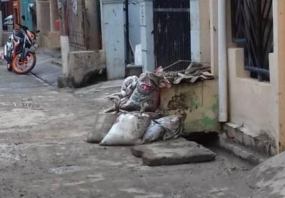Terkesan Lambat, Sampah Sisa Banjir di Perumahan PGP Jatiasih Masih Menumpuk