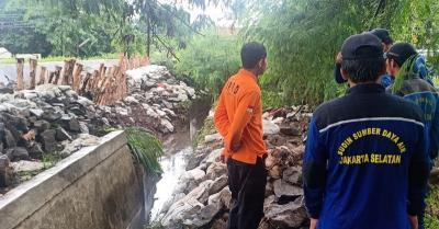 Petugas Tangani Tanggul Jebol di Komplek TVRI Jakarta Selatan