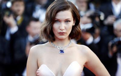 Tak Mau Kalah, Bella Hadid Pakai Dress Belahan Dada Rendah di Paris Fashion Week 2020