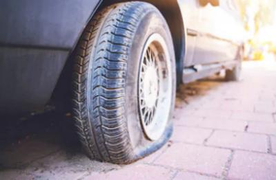 4 Cara Hadapi Ban Mobil Pecah di Tengah Jalan