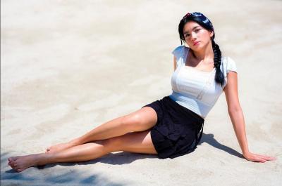 4 OOTD Angel Karamoy di Bibir Pantai, Simpel dan Modis!