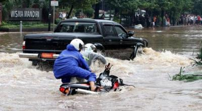 Diguyur Hujan Sejak Pagi, Belasan Titik di Jakarta Tergenang Air