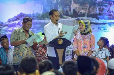 Bagikan 2020 Sertifikat Tanah, Jokowi: Tolong Disimpan dan Difotokopi