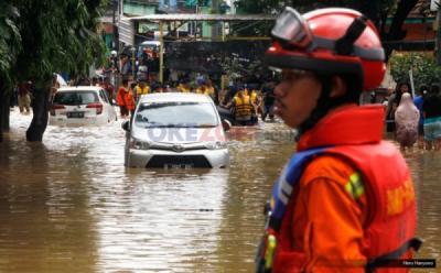 Anak-Anak dan Lansia Dievakuasi Karena Banjir di Jakarta Timur